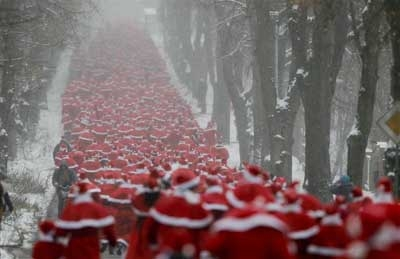 runners-dressed-as-father-christmas-take-part-in-the-santa-claus-run-of-michendorf-near-berlin-ay_99532002